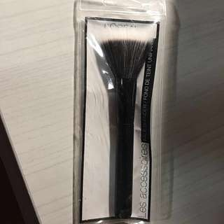 Fan shape makeup brush