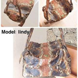 Phyton snake skin bag model lindy