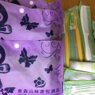 旅行清潔用品組合包(含牙刷牙膏x2梳子乳液刮鬍刀牙線棉花棒浴帽)