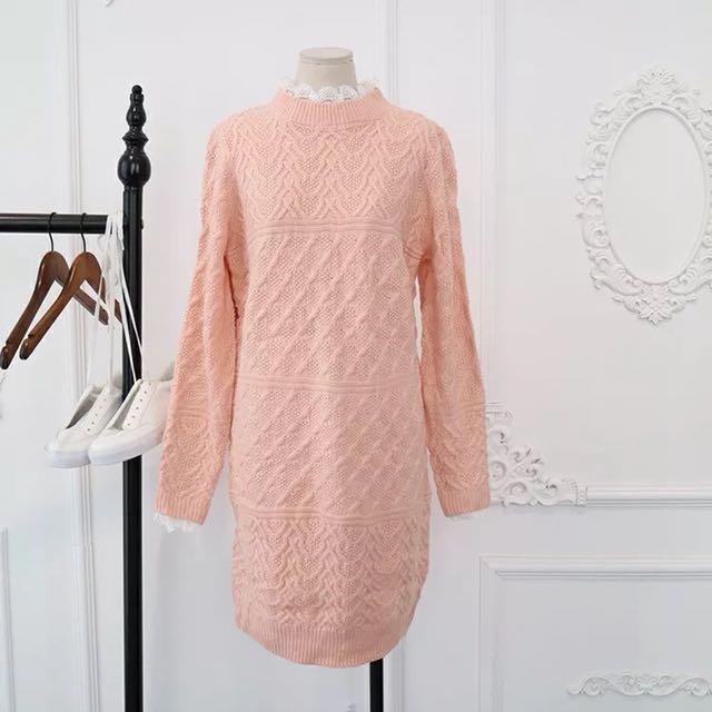 蕾絲配上連身粉色毛衣