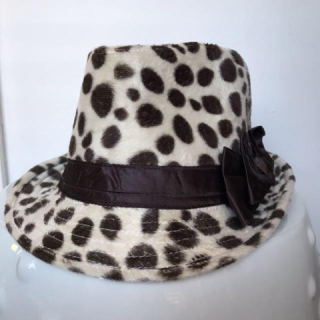 Lady's fashion hat 57cm