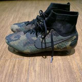 高筒足球鞋