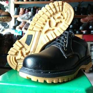 Sepatu safety besi pendek tali harga murah terjangkau