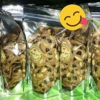 Chocochip almond ala famous amoss