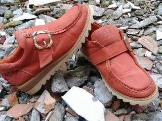 Sepatu kulit STU