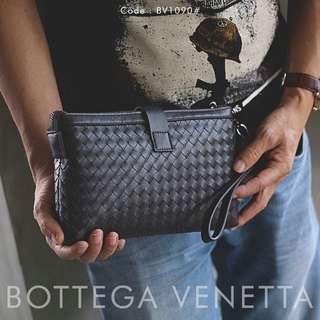 Hand Bag BOTTEGA VENETA BV 1090#p  Size :24x3x16cm Quality Semprem Material Bottega Leather  Available 2 colours : - Black - Coffee Spesifikasi : • Dlman ada tempat kartu • Tali pendek Bisa muat hp dll Berat : 0,3 kg/pcs   H 195rb