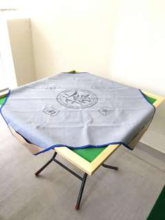 Mahjong mat with pockets for chips