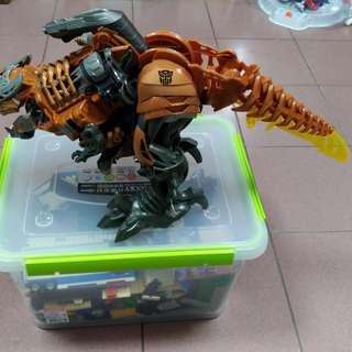 🚚 變型金鋼一秒變身,有聲音的恐龍。無外盒。