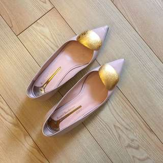 Rupert Sanderson: 37.5 Gold Pebble Pointed Flats (90% New)