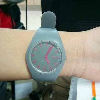 C05 Jam tangan abu-abu