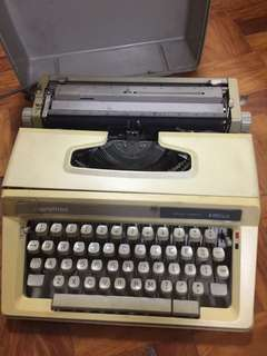 Portable manual typewriter