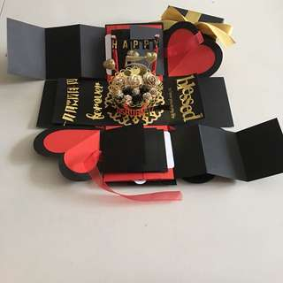 Explosion box with cake, 8 waterfall, 2 pull tab in black , red & gold