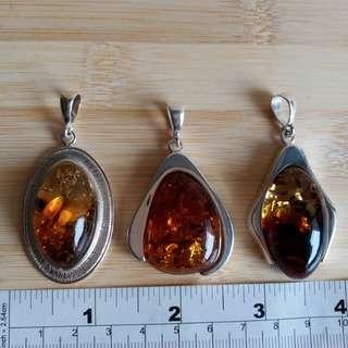一手三個天然琥珀純銀吊咀, 總共賣$1650, 單個價錢七百元。 平過市面價一大半, 自用送禮珍品人見人愛