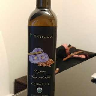 Organic flaxseed oil. 有機亞麻籽油