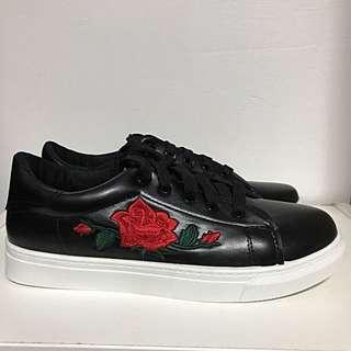 rose/flower sneaker shoe black white