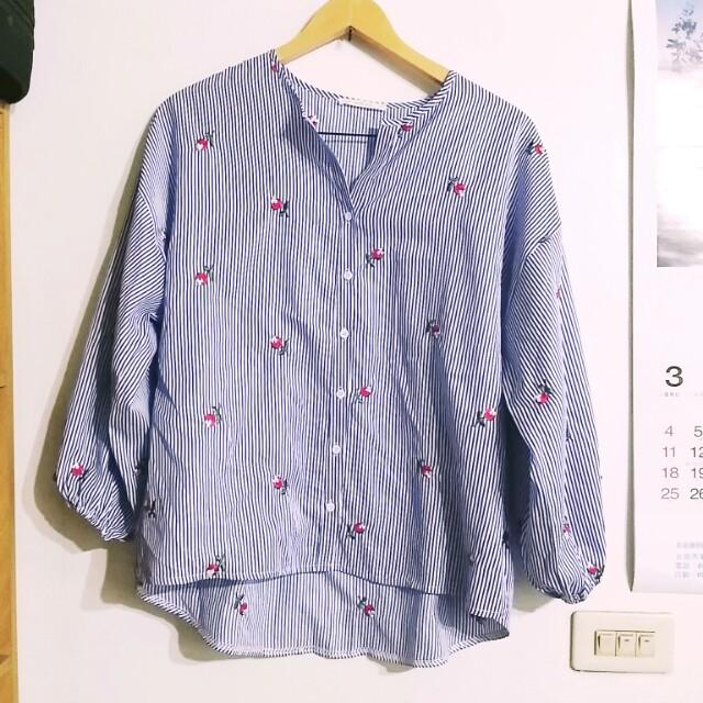 藍白條紋刺繡小玫瑰上衣  ⭐3/8 上午8:00前下標免運⭐