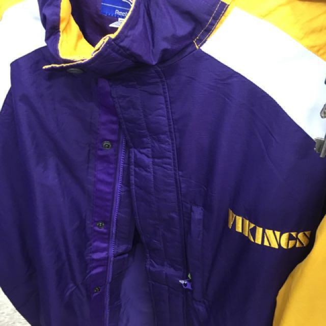 Reebok出品 NFL 維京人隊風衣外套 紫金湖人配色 連帽可收納 精緻電繡