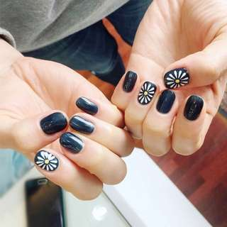24 pcs White Daisy Oval Fake Nails Short Black Solid Nail Tips with Design in acrylic box gel color chart nep nagels