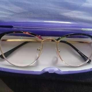 Eyeglass May Grado