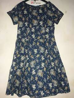 Dress motif bunga