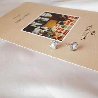 《早衣服》3月女王節👑精緻小巧甜美c形鑲鑽珍珠耳環耳針耳釘(預)