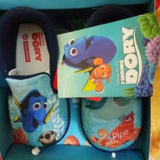 Sepatu finding dory