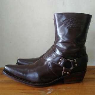 Sepatu boot kulit