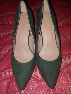 Low heeled moss green pumps