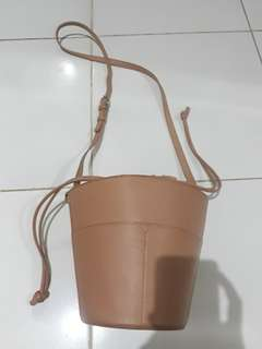 Pull and bear bucket crossbody