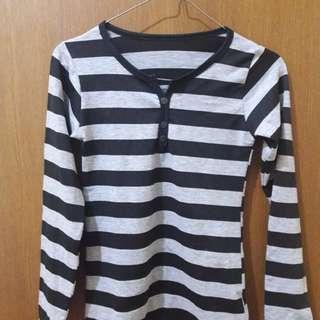 Preloved Kaos Stripe Lengan Panjang Fit to L Mat Kaos Katun Warna Abu Hitam