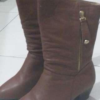 Sepatu boots wanita warna coklat