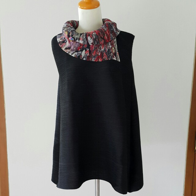 Sleeveless black stretchy top