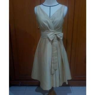 Gaun emas berfuring (gold dress)