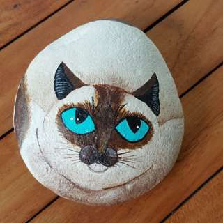 Individually acrylic hand painted on large pebble.  Beautiful, calm looking Blue Eyes Cat.