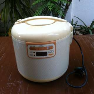 Hitachi electronic rice cooker 1.8litre. In good working condition.