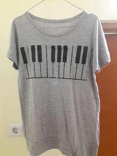 Preloved Kaos Abu Piano Fit to L Mat Katun Kaos