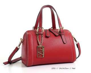 *ANELA LYNE RAYNING* SPEDY MEDIUM SIZE ❄❄2253❄❄ Uk 24x14x15 cm Bahan leather togo  Aslinya bagus & kokoh  ORIGINAL BRAND  Berat 0,5kg   🍭🍭ready 5 colour 🍭🍭 Red,black,  Camel,green,brawn  🎀🎀🎀🎀🎀🎀🎀🎀🎀🎀