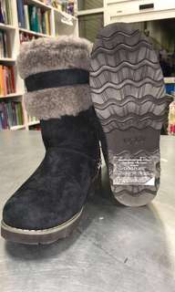 BRAND NEW UGGS SIZE 2 Youth