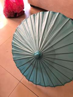 Five Tiffany  and five white paper umbrella