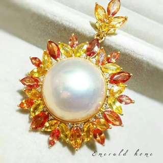 自家緬甸玉石珠寶完美追求者之選 。 價格: $26,500HKD 玉石: 日本馬貝真珠吊咀Mabe珠 鑲嵌: 18k鑽石+彩色寶石 尺寸: 35mmx45mm