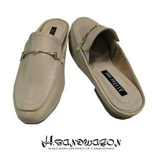 【H.BANDWAGON】歐美皮質金鍊綴飾前包後空低跟平底穆勒鞋 拖鞋 涼鞋
