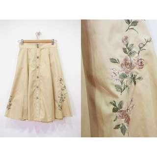 這裡 Zhè lǐ日森女風格,淺卡其色排釦造型刺繡傘裙,文青感/小清新
