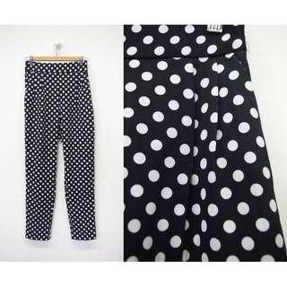 這裡 Zhè lǐ春季新品入荷,水玉圓波點造型黑色窄管褲,一年四季好搭配的單品