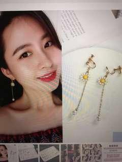 Ulzzang clip on pearl earrings w/ flower details