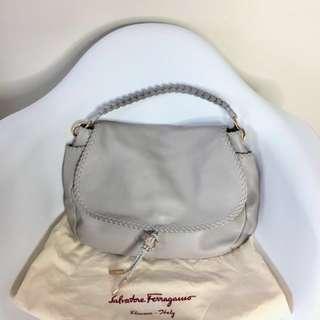 真品 只用一次 近全新 Auth Salvatore Ferragamo lambskin bag 全羊皮淺灰色手袋 可放A4