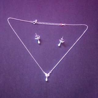 3-pieces butterfly jewelry set (1 necklace, 1 pair of earrings)