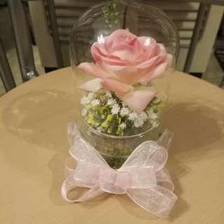 玻璃瓶配粉紅玫瑰花及滿天星