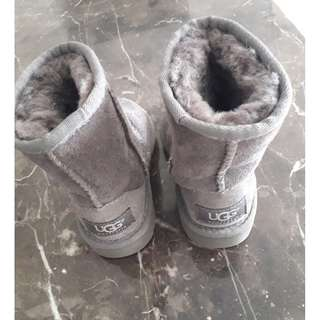 NEW KID UGG Authentic CLassic 11  Boots . Size UK 5 .  Grey colour.