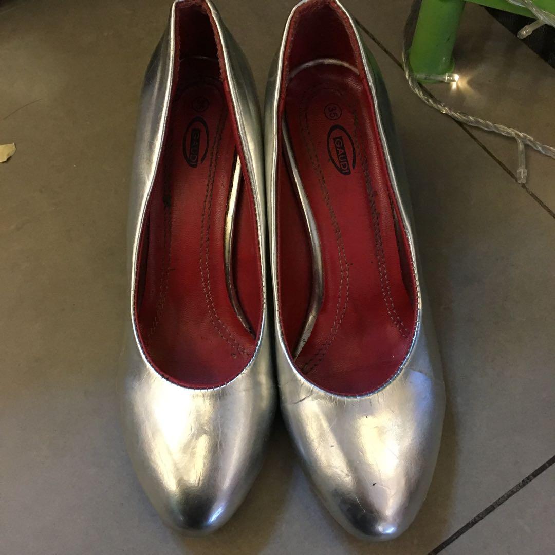 Sepatu hak silver