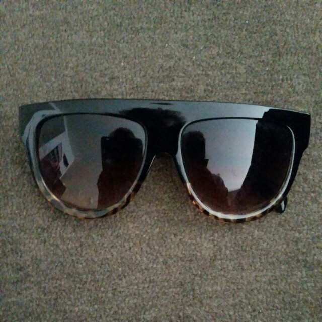 Straight top tortoise shell sunglasses